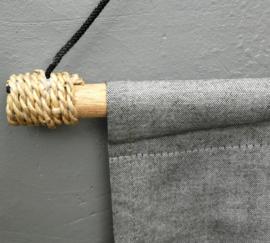 Spreukdoek Tranquillity grijs/zwart.  Afmeting 36 x 98 cm.