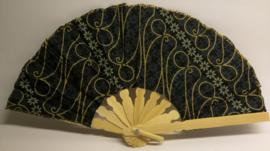 Kleurrijke waaier. Bamboe met batik stof. 19 cm.Max 1 product per bestelling.