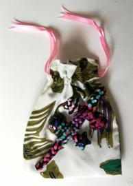 Baby Gekko 13 cm. De gekko staat symbool voor geluk, bescherming en een lang en vruchtbaar leven.  Wordt geleverd in een prachtig batik zakje met roze lintje.