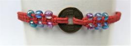 Macramé bracelet rood. Met Balinees geluksmuntje, 29 cm.