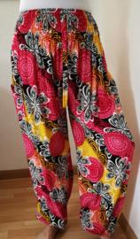 Broek 'Flower dream'. Dubbele Batik opdruk.  Met breed elastiek in taille/ heupband, sierkoordje aan voorzijde, opgestikt zijvakje en elastiek in enkels. Binnenbeenlengte 72 cm. Heupwijdte tot 1.20 m, taille tot max 90 cm. 100% rayon,