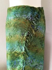 Batik sarong XL. Van extra zware kwaliteit.  Uit de Busana Agung collectie en gemaakt met de BingBatik techniek uit Indonesie.  115 x 190 cm. 100% rayon. Wasbaar op 30 graden. Met sarongknoop.