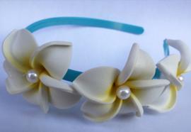 Diadeem met een drietal grote witte Frangipani bloemen met parel hartje. Volwassen maat, stevig model.