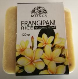 Groot stuk Frangipani rijst zeep. 100% puur Bali. Frangipani bloemenolie, hazelnoot olie en rijst. Rijke zeep die ook dode huidcellen verwijdert. Stuk van 120 gram. In luxe kado verpakking.