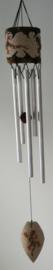 Windchime Gekko klein. Een samensmelting van klanken en symboliek voor vruchtbaarheid en geluk. Schitterend handwerk van beschilderd Balinees zand. 5 alluminium buizen.Totale lengte 50 cm.