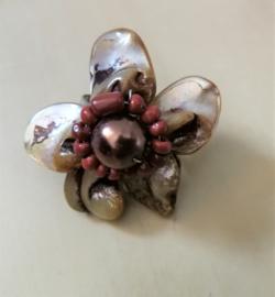 Artistieke ring in koper tinten. Gemaakt van rond geslepen parelmoer schelpjes.  Verstelbaar, nikkelvrij. 3,5 cm.