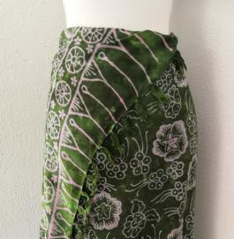 Batik sarong 'Zee anemoon' mosgroen/lila. 120x150 cm met sarongknoop. Wasbaar op 30 graden. 100 % rayon.