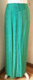 Bali rok 'rattan green'. Met halve elastische band en brede voorband. Twee loopsplitten  midden voor. Heupwijdte tot 112 cm taille 82 cm. Lengte 102  cm.