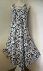 Soepelvallend hemdjurkje batik Art. Met zwierig rondgeknipte zoom. Maat 42 t/m 46. Bovenwijdte  104 cm, Heup 116 cm, lengte 129 cm. 100% Rayon