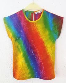 Prachtig handwerk van eigen label. Vrolijk regenboog shirtje. Gemaakt van speciale BingBatik. Sluit met knoopje achter. Maat  92/98   (2-3 jaar). 100% rayon, machinewas op 30  graden.
