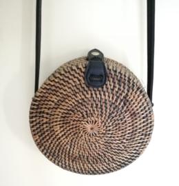 Zwart/goud rotan tasje.  Subliem afgewerkte sluiting en draagband van zwart leer. Lengte band 1.27 cm. Sluit met stevige drukknoop. Diameter 20 cm. 7,5 cm diep.