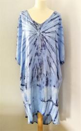 Schitterende oversized tie dye kaftan met unieke print.  Aangeknipte mouw en a-symetrische zoom. Lang model. Zacht blauw met grijs. Bovenwijdte 160 cm, lengte voor 100 cm, lengte achter 125 cm. 100% rayon.
