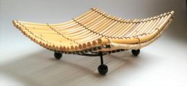 Schitterend handwerk deze golvende schaal van gelakte bamboo op  vier sierlijk ijzeren pootjes. Afmeting 20x22 cm. Gemaakt in Noord Bali.