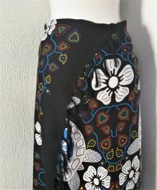 Sarong Bali Turtle/flower zwart/multi. Symbool voor een lang leven, kracht en betrouwbaarheid. 115 x 165 cm. 100% rayon (kunstzijde) wasbaar op 30 graden.  Met sarongknoop.