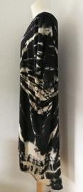 Schitterende oversized tie dye kaftan met unieke print, zwart/room.  Aangeknipte mouw en a-symetrische zoom. Lang model. Bovenwijdte 170 cm, lengte voor 102 cm, lengte achter 123 cm. 100% rayon.