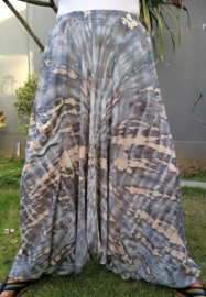 Balinese harembroek tie dye grijs met elastische taille, laag vallend kruis en opgestikt zakje. Taille 90 cm, beenlengte 111 cm. 100% rayon.