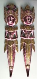 De Hindoe god en godin Rama en Sinta. Poppen die symbool staan voor de liefdevolle man die zorg draagt voor zijn vrouw. Inclusief het gehele verhaal op A4. Prachtig beschilderd houtsnijwerk. 53 cm lang. Set van twee. Met ophanglus.