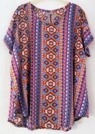 Top met mouwtje Bali Festival. Lengte 64 cm, bovenwijdte 1.14 cm, heup 1.36 cm. 100% rayon. Maat 48/50