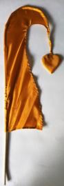 Umbul Umbul vlaggetje caramel 56 cm. Umbul Umbul betekent 'staart van de draak'. De vlag wordt in de grote versie van 3 meter ter bescherming gebruikt bij Balinese ceremonies. De onderkant van de vlag vrij moet hangen, om boze geesten te weren.
