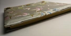 Handgemaakt opschrijfboek zilvergrijs. Ongebleekt rijstepapier met schitterende velourse stoffen kaft vol vlinders.met drie kokosknopen. Handgemaakt 20x23x1,5 cm