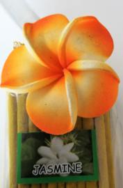 Wierook pakje met  +/- 20 stokjes jasmine en handgemaakt stenen houdertje. De afbeeldingen van de houdertjes en de kleur van het bloemetje op de verpakking kunnen per pakje verschillen.