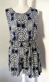 Korte zomerse mouwloze jumpsuit 'mandala'. Met grappige brede strikband op de rug, die over over de bh. band valt. Elastische taille en mooi uitgesneden rug. 100% zachte rayon. maat 36 t/m 40