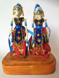 Zeer verfijnd handwerk deze originele Balinese Wajang poppen. Op Bali worden ze gebruikt bij het eeuwenoude traditionele schimmenspel. Set van twee op houten voet. Kunststof met bewegende armen. 25x17x9 cm.
