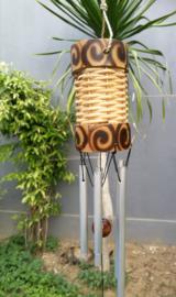Rattan windchime groot, met prachtige bamboe rand. Een samensmelting van klanken en symboliek. Schitterend handwerk. 5 alluminium buizen. Totale lengte 74 cm.