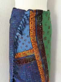 Dubbel batik sarong XL. Uit de Busana Agung collectie en gemaakt met de BingBatik techniek uit Indonesie. 120x 170 cm. 100% rayon. Wasbaar op 30 graden. Met sarongknoop.