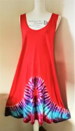 Rood tricot jurkje met tie dye rand. Lengte 103 cm, bovenwijdte tot 100 cm, heupwijdte tot 120 cm.