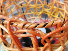 Bijzonder gevlochten handgemaakt sfeerlichtje van rattan. (rotan). 12x15 cm.  Herkomst Noord Bali.