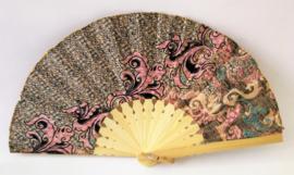 Kleurrijke waaier. Bamboe met batik stof 21,5 cm.