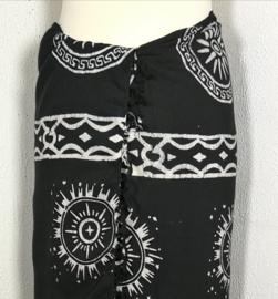 Sarong XL OpArt dream. Uit de Busana Agung collectie en gemaakt met de BingBatik techniek uit Indonesie. 190x120 cm. 100% rayon. Wasbaar op 30 graden. Met sarongknoop.