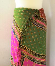 Batik sarong. Van extra zware kwaliteit. Uit de Busana Agung collectie en gemaakt met de BingBatik techniek uit Indonesie.  120x 160cm.  100% rayon. Wasbaar op 30 graden. Met sarongknoop.