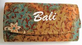 Ruime batik Bali portemonnee. Met rits en twee grote vakken.  19 x 11 cm