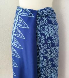 Exclusieve Balinese ceremonie sarong, blauw tinten. 170 X 110 cm Wasbaar op 30 graden. Met sarongknoop.