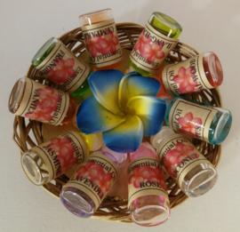Rieten mandje met 10 verschillende essentiele olietjes van 4,5 ml. Voor gebruik in een brandertje of verdamper. Kleuren Frangipani bloemetjes varieren.