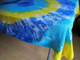 Vrolijk tie dye tafelkleed. Rijk geborduurd met bloemen. Blauw/geel/groen. 120x160. 100% rayon. Wasbaar op 40 graden. Tekening kan ivm handwerk onderling iets verschillen.