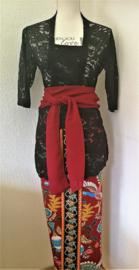 Weergaloos traditionele Bali set.Kebaya 3/4 mouw zwart. Bovenwijdte tot 92 cm, taille tot 90 cm. Ned. maat 40. Bali rok, de jarik met loopsplit. Elastische tailleband met selendang (kebaya sjerp)  100% elastische rayon.