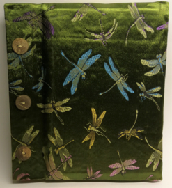 Handgemaakt opschrijfboek mosgroen. Ongebleekt rijstepapier met schitterende velourse stoffen kaft vol libelles, met drie kokosknopen. 20x23x1,5 cm.