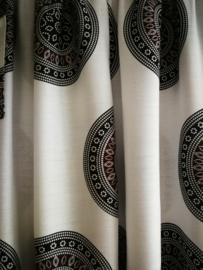 Broek Mandala wit/zwart.  Met breed elastiek in taille/ heupband, sierkoordje aan voorzijde, opgestikt zijvakje en elastiek in enkels. Wijde pijp en normaal kruis.Binnenbeenlengte 66 cm. Heupwijdte tot 1.20 m, taille tot max 90 cm. 100% rayon.