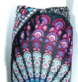 Sarong pauw, zwart/wit/blauw/donker roze. Symbool van onsterfelijkheid.