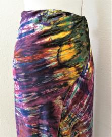 Exclusieve dubbel batik sarong XXL 'Matahari'. Gemaakt volgens de BingTechniek uit Indonesie.Van extra zware kwaliteit. 110x 200 cm, met sarongknoop. 100 % rayon.