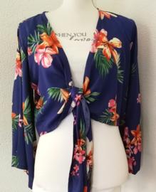 Wikkelvestje. Bali flowers nachtblauw. Met sierlijk uitlopend wijd mouwtje. Lengte wikkel 200 cm. 100% rayon