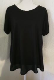 Soepelvallende top met mouwtje zwart. Lengte 69 cm, bovenwijdte 1.14 cm, heup 1.35 cm. 100% rayon. Maat 48/50