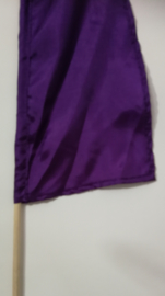 Umbul Umbul vlaggetje paars 56 cm. Umbul Umbul betekent 'staart van de draak'. De vlag wordt in de grote versie van 3 meter ter bescherming gebruikt bij Balinese ceremonies. De onderkant van de vlag vrij moet hangen, om boze geesten te weren.
