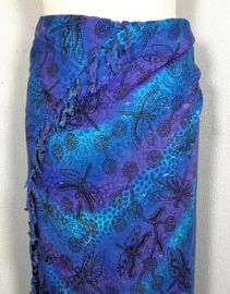 Dubbel batik sarong XL. Uit de Busana Agung collectie en gemaakt met de BingBatik techniek uit Indonesie. 120x 200 cm. 100% rayon. Wasbaar op 30 graden. Met sarongknoop.