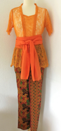 Weergaloos traditionele Balinese set. Kebaya oranje. Bovenwijdte 94 cm, taille 84 cm.  Authentieke jarik met selendang. 100% rayon. Met elastische taille en diep loopsplit. Heupwijdte 96 cm taille tot 80 cm. Ned maat 38.