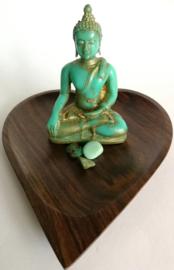 Prachtige drie eenheid. Boeddha 10 cm op harten schaaltje van palissander. Aan de voet van de boeddha een drietal chrisopraas mineralen. Voor een volmaakte zuivering van lichaam en geest.