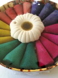 Wierook kegels in rond kartonnen batik doosje. In de geuren frangipani, rose, jasmine, lavendel en sandelwood. Met handgemaakt stenen kegel houdertje. Max 1 product per bestelling.